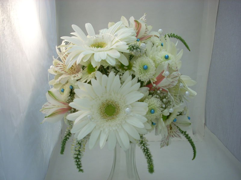 fresh, bridal bouquet, white gerbs, white daisies, white poms